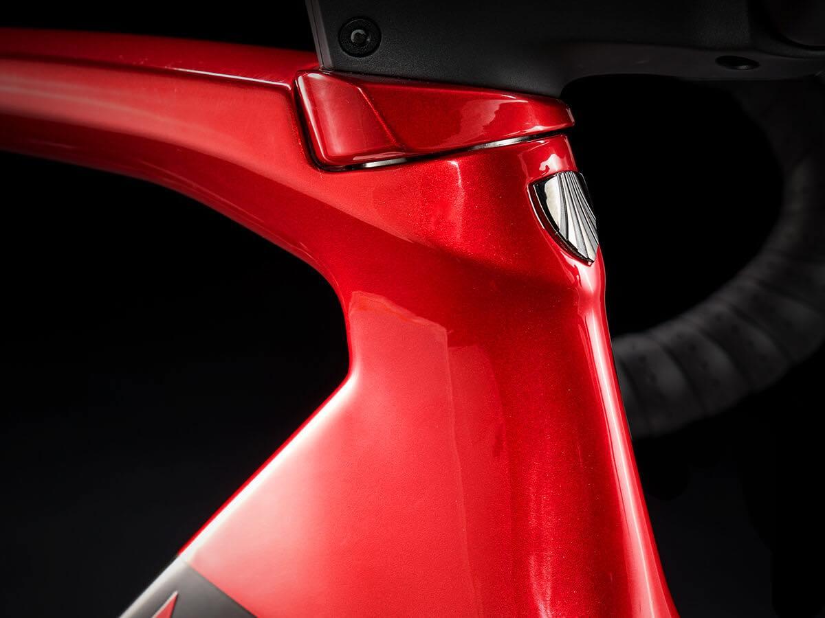 新型Madone SLR Disc発表!! プロチーム仕様で450gもの軽量化を達成